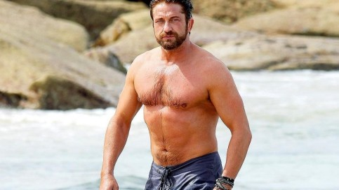 gerard-butler-holding-his-belly-in